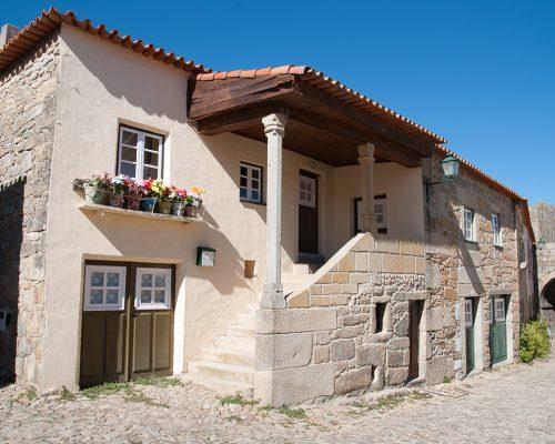 Haus des 16. Jahrhunderts / Largo do Chafariz Menor